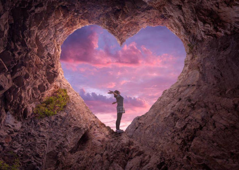 Femme dans une grotte coeur